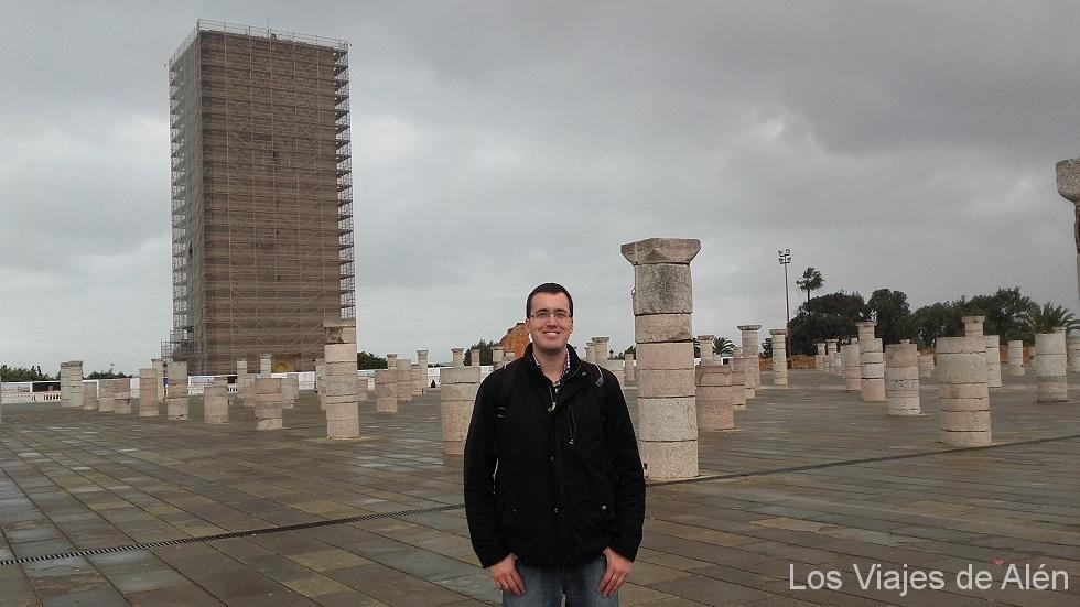 ciudad de Rabat: Explanada con los pilares que iban a sostener la gran Mezquita. Al fondo la torre de Hassan, rodeada por completos da andamios (enero 2016e