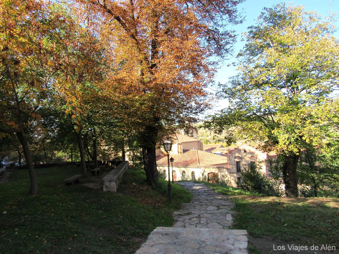 escaleras de piedra que bajan hacia el Monasterio de Santa Cruz la Real