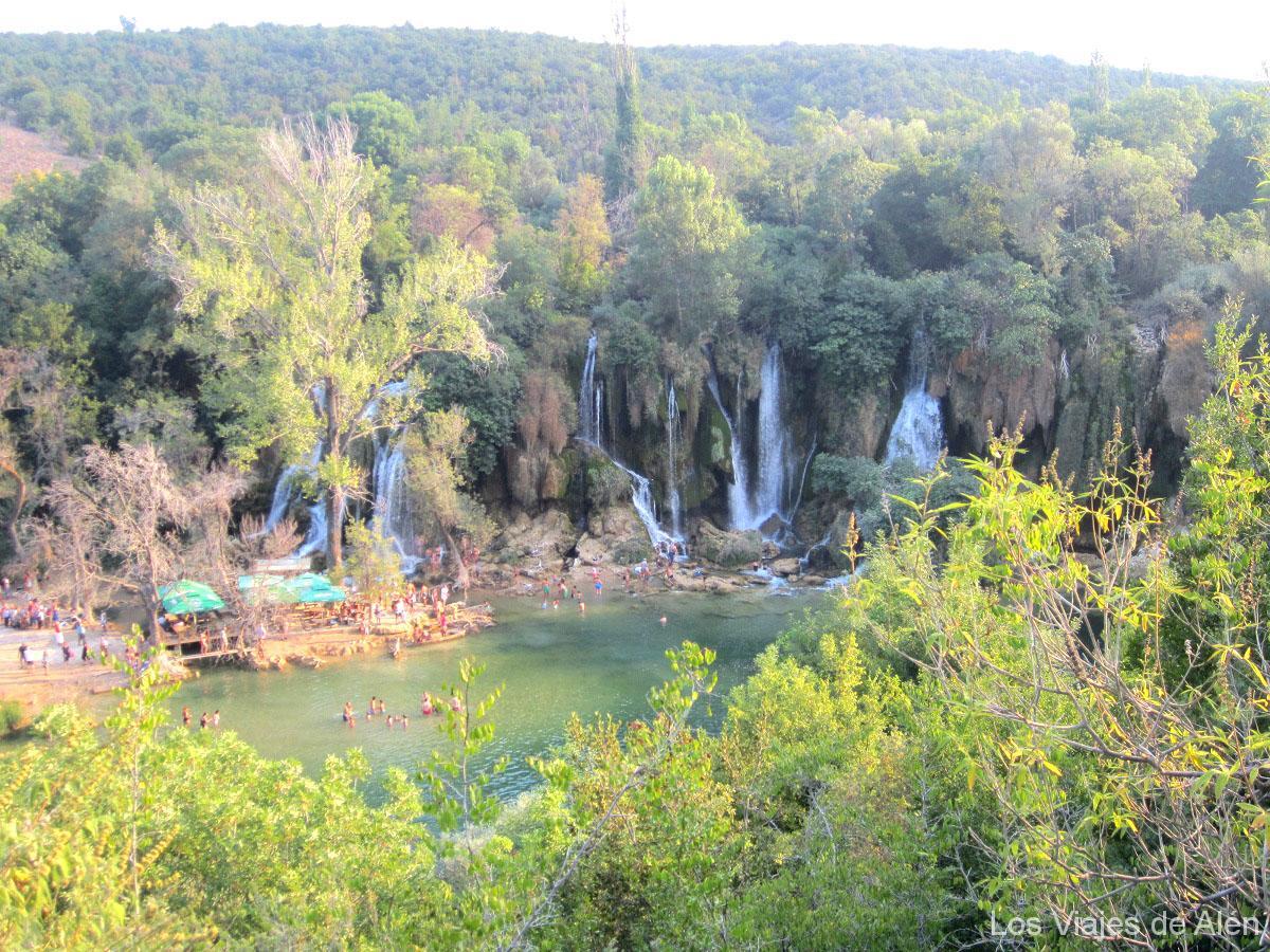 bajando a las cascadas de Kravica (Bosnia)