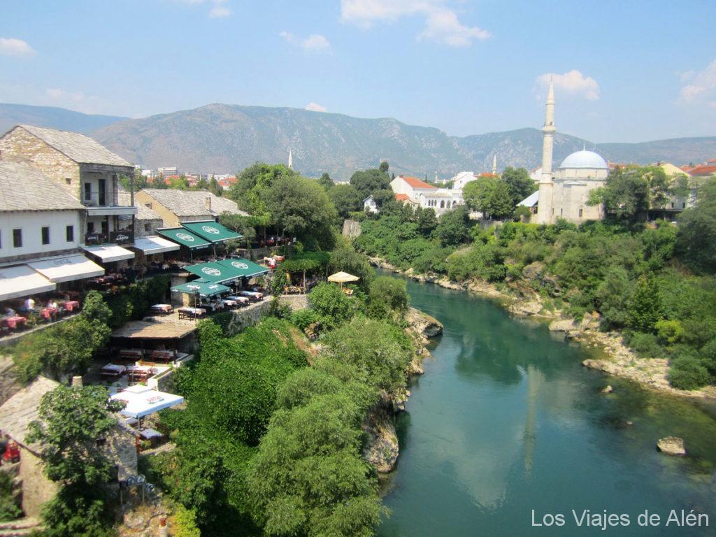 Qué ver en Mostar: restaurantes junto al río