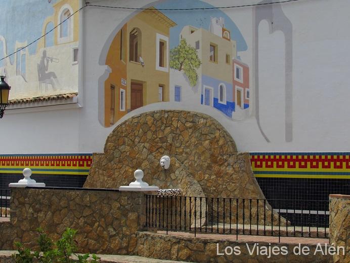 Fuente, Con Un Precioso Mural En La Pared