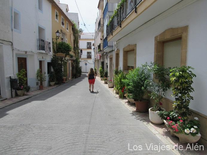 Las Calles Estaban Limpias Y Adornadas Con Plantas. Había Muchas Macetas Con Forma De Barco