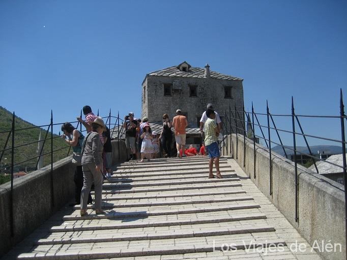 Subiendo por el puente de Mostar