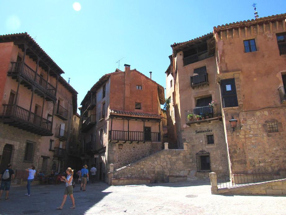 Plaza De Albarracín: Los Viajes De Alén