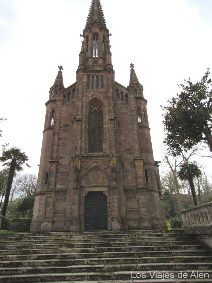 fachada de la Capilla-Panteón de los Marqueses de Comillas