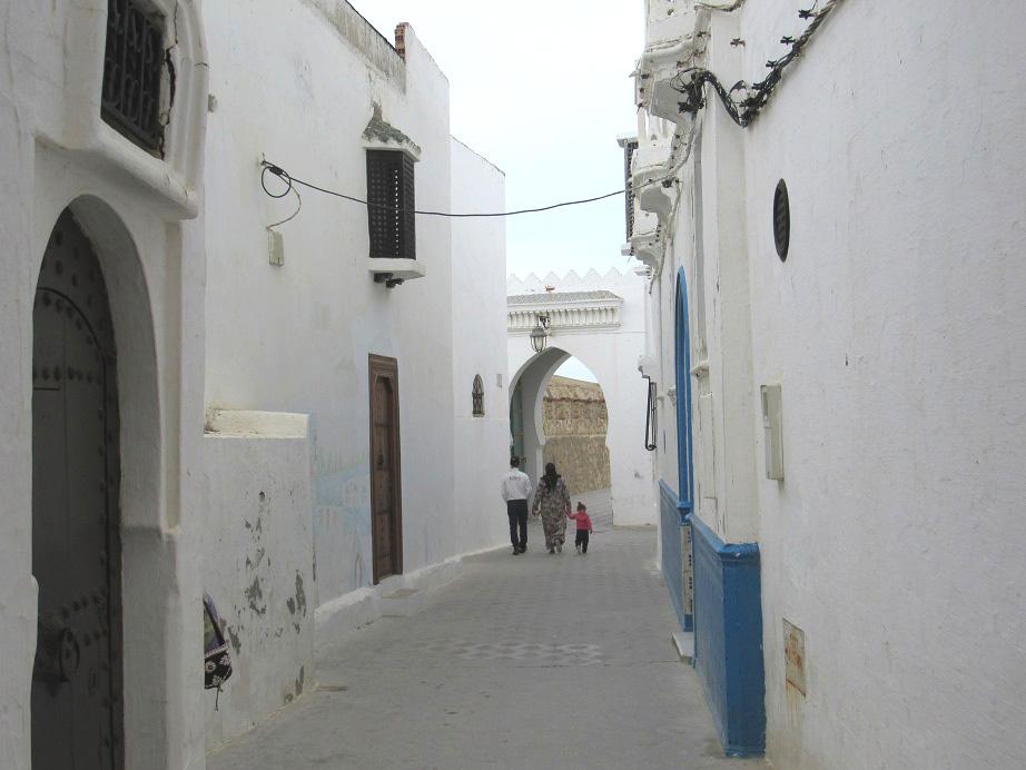 Familia Marroquí Paseando Por Una Calle De Asilah