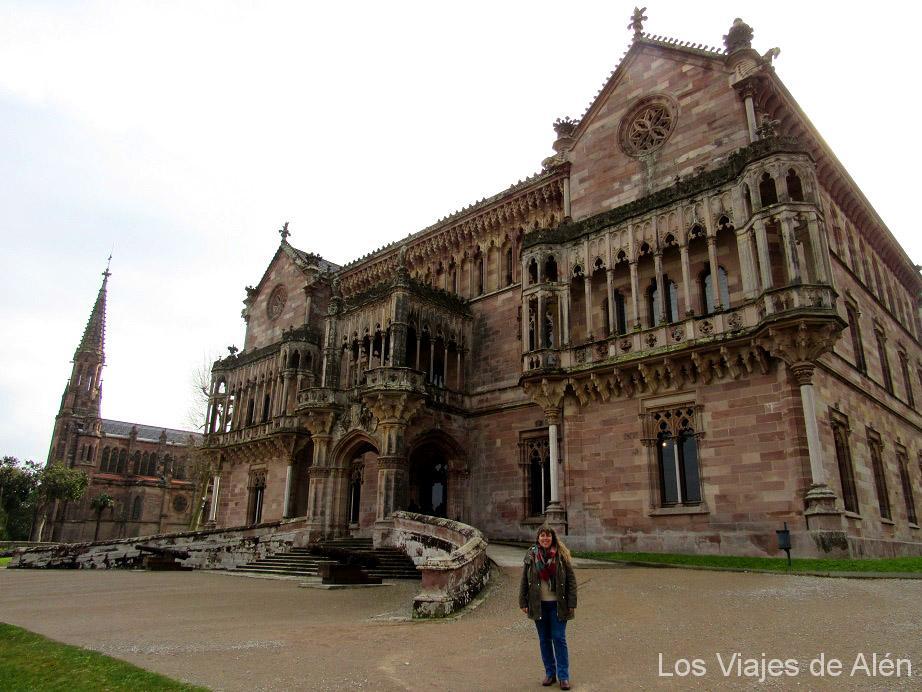 Impresionante el Palacio de Sobrellano de Comillas. Al fondo la Capilla-Panteón