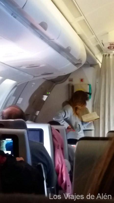 Esta chica no levantó la vista de su libro en todo el viaje