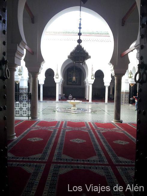 Vista del intertior de la mezquita Qaraouiyine, desde la puerta