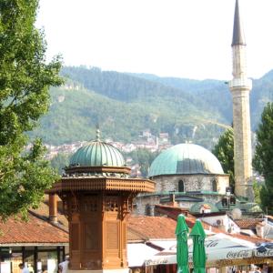 Mezquita De Sarajevo. En Primer Término La Sebilj. Una Preciosa Fuente De Estilo Turco. Es Uno De Los Monumentos Más Fotografiados De Sarajevo