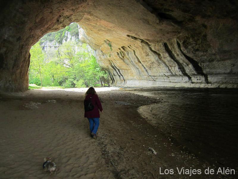 Explorando El Interior De La Cueva. La Arena Del Río Era Muy Fina