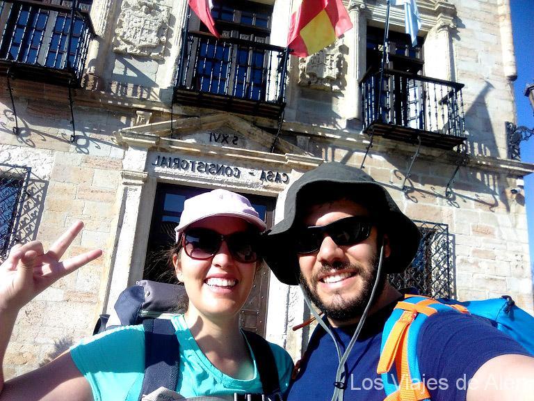 Cris y Fer, en San Vicente de la Barquera, comienzo de su ruta.