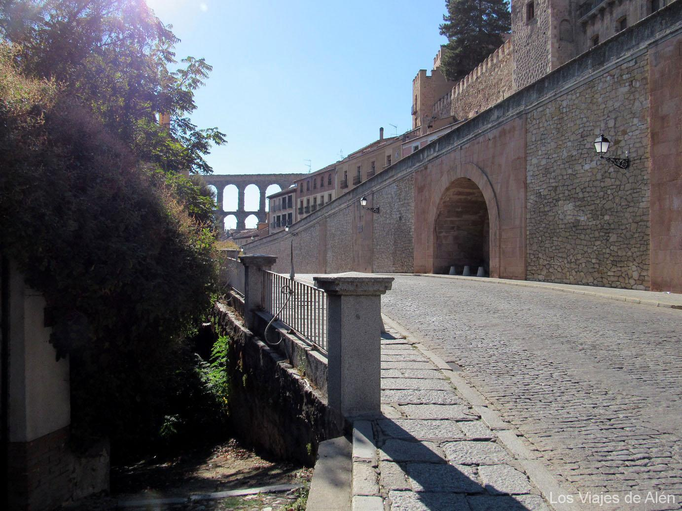 Dejamos Atrás El Acueducto Bajando Por El Paseo Santo Domingo De Guzmán