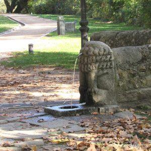 En El Otro Lado Del Puente Encontramos Una Curiosa Fuente. Un León Sin Cabeza