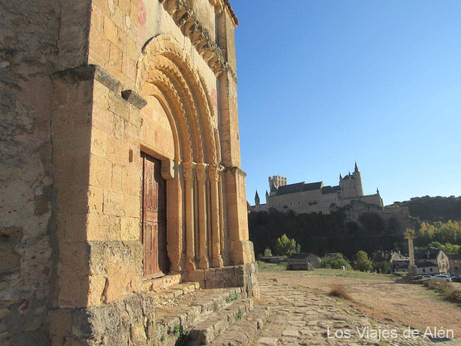 puerta de la Iglesia de la Vera Cruz al fondo el Alcázar