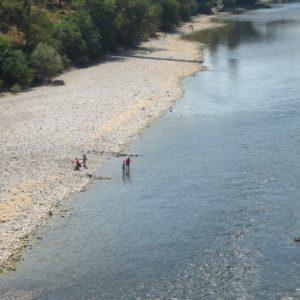 Bañistas En El Río Moraca En Podgorica