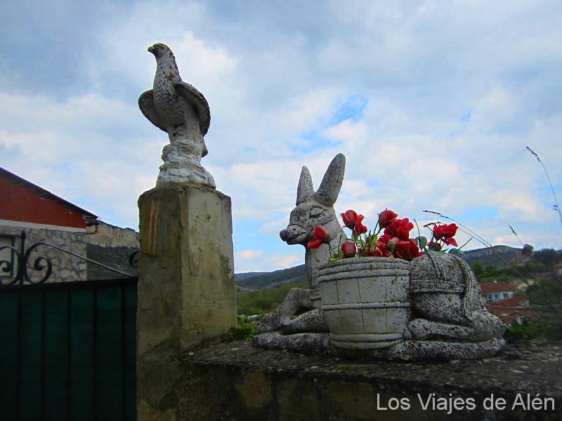 Esculturas A La Entrada De Una Casa