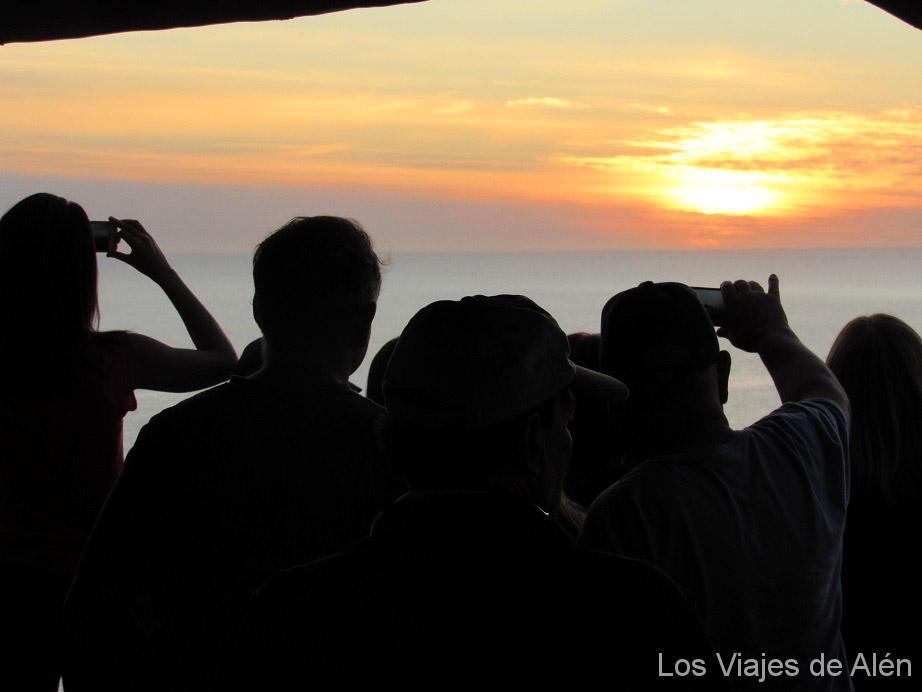 gente esperando la puesta de sol en Casapueblo (Uruguay)