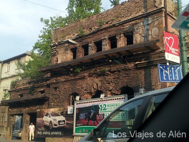 Hoy en día, aun quedan edificios destruidos por la guerra en Sarajevo