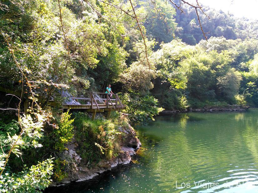 Cris recorriendo la senda fluvial del río Nansa en el Camino Lebaniego
